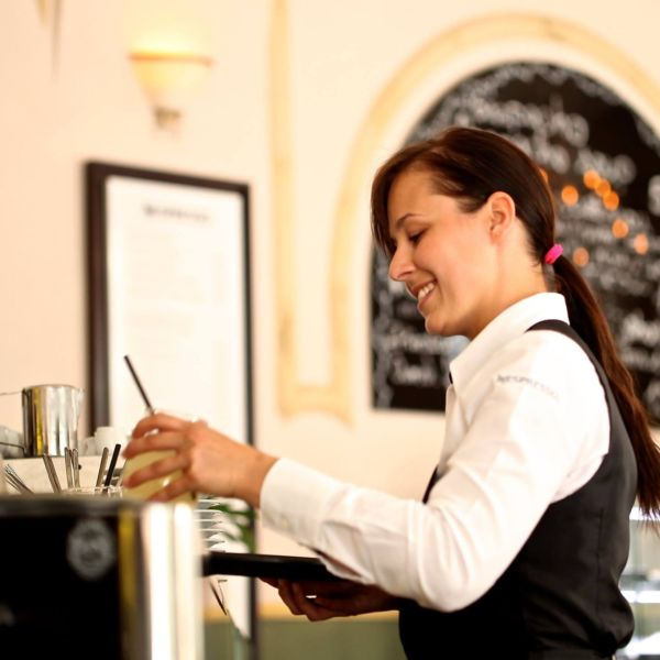 6 Reasons You Should be a Waiter/Waitress in College