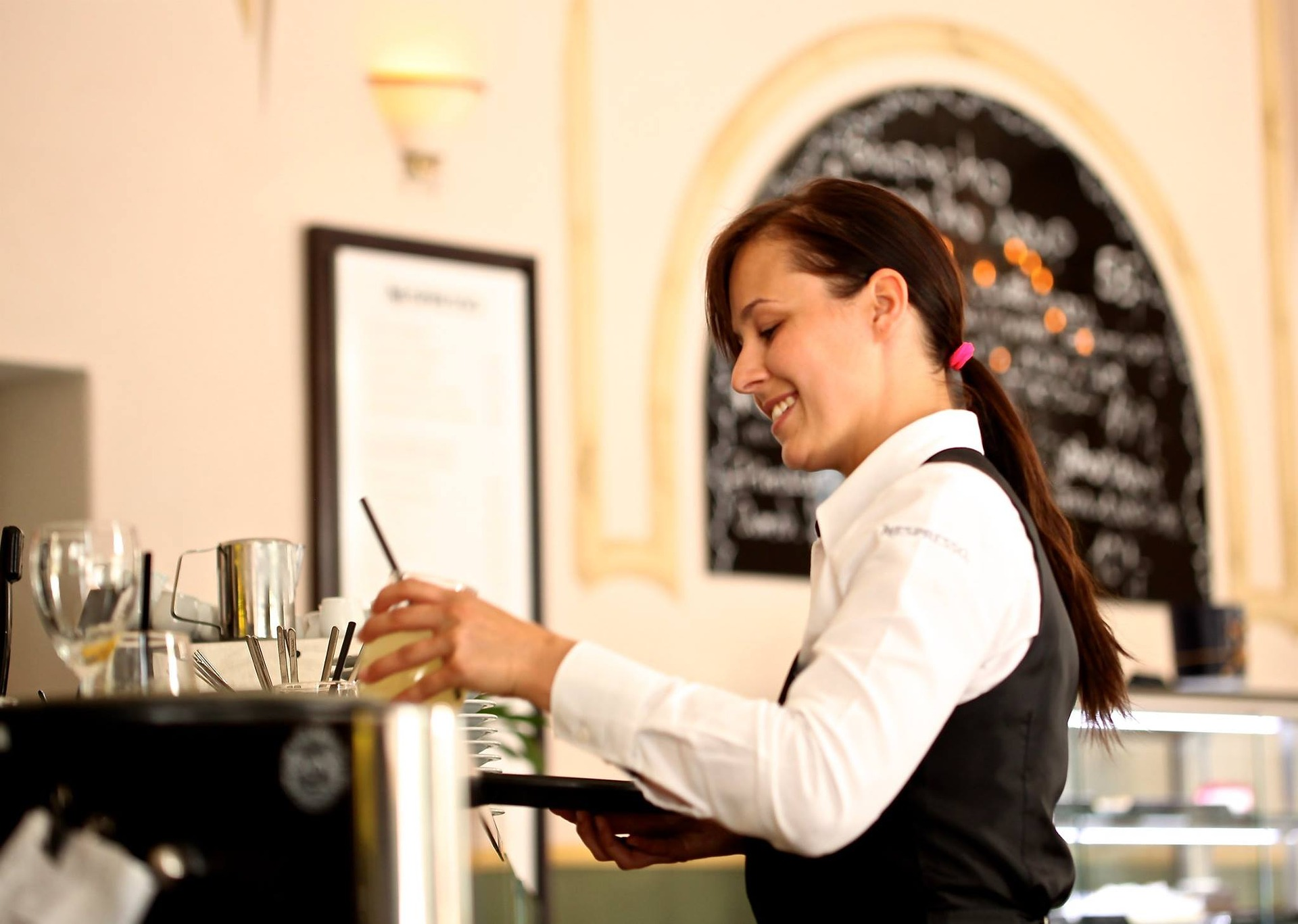 6 Reasons You Should be a Waiter/Waitress in College | COM